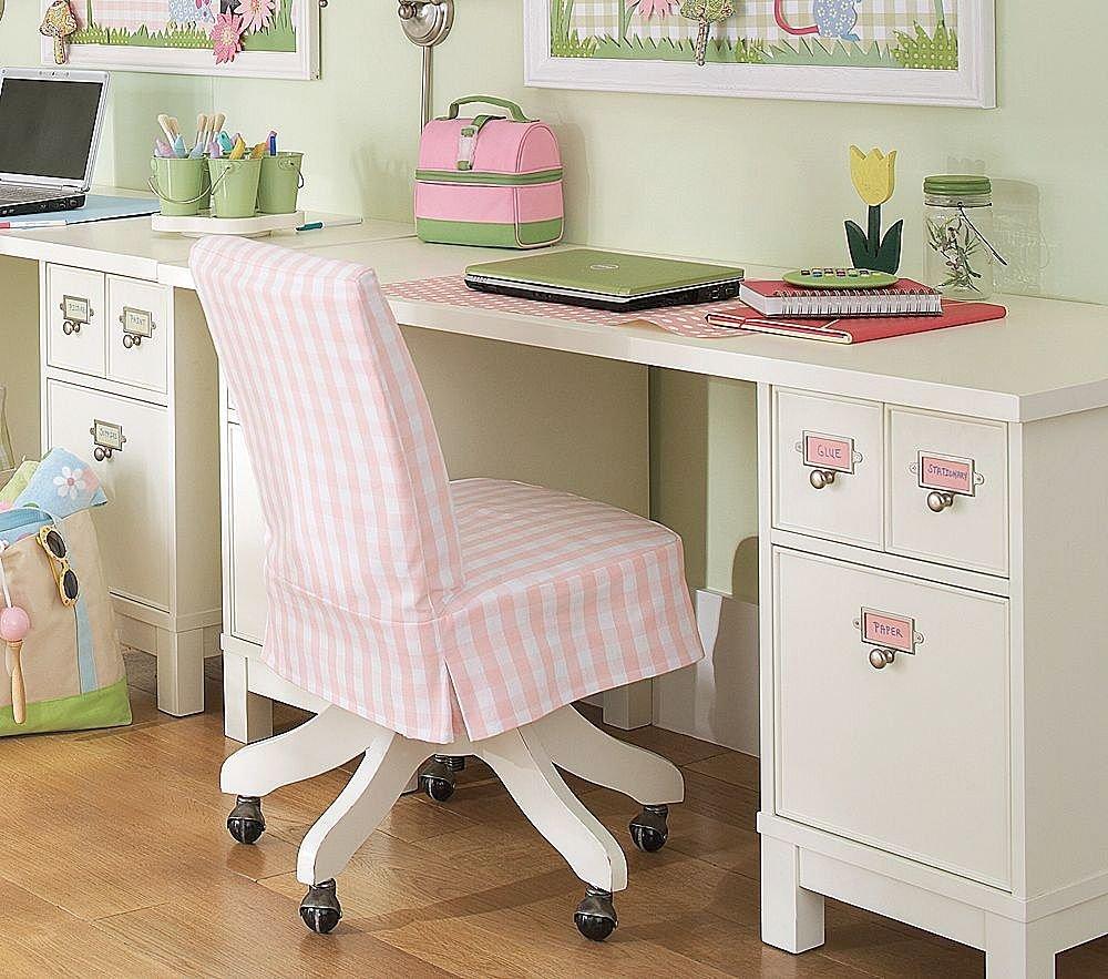 A legjobb, ha az íróasztal kellően tágas és fiókokkal felszerelt.