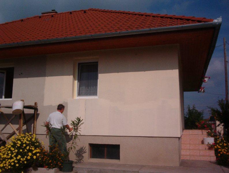 A kültéri falfestékek hozzájárulnak a falak védelméhez.