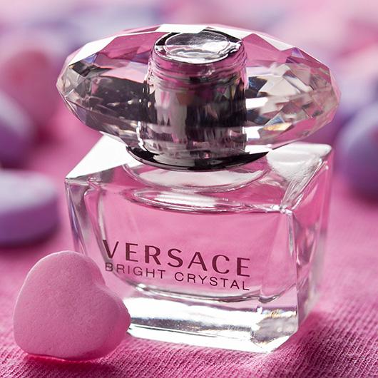 A Versace Bright Crystal parfümje egyedileg lett megalkotva, már külsőre is tündöklő, akár egy drágakő.