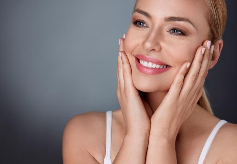Az arcfiatalító kezeléseket kozmetikusok, szakorvosok végezhetik.