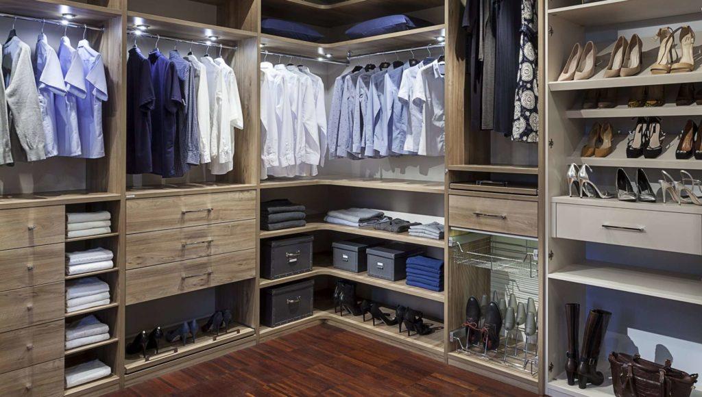 A jó ruhásszekrényben vannak polcok, fiókok és akasztós részek is.