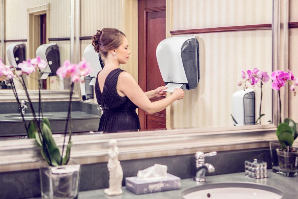 A kéztörlő adagolók praktikus elemei a mosdóhigiéniának.