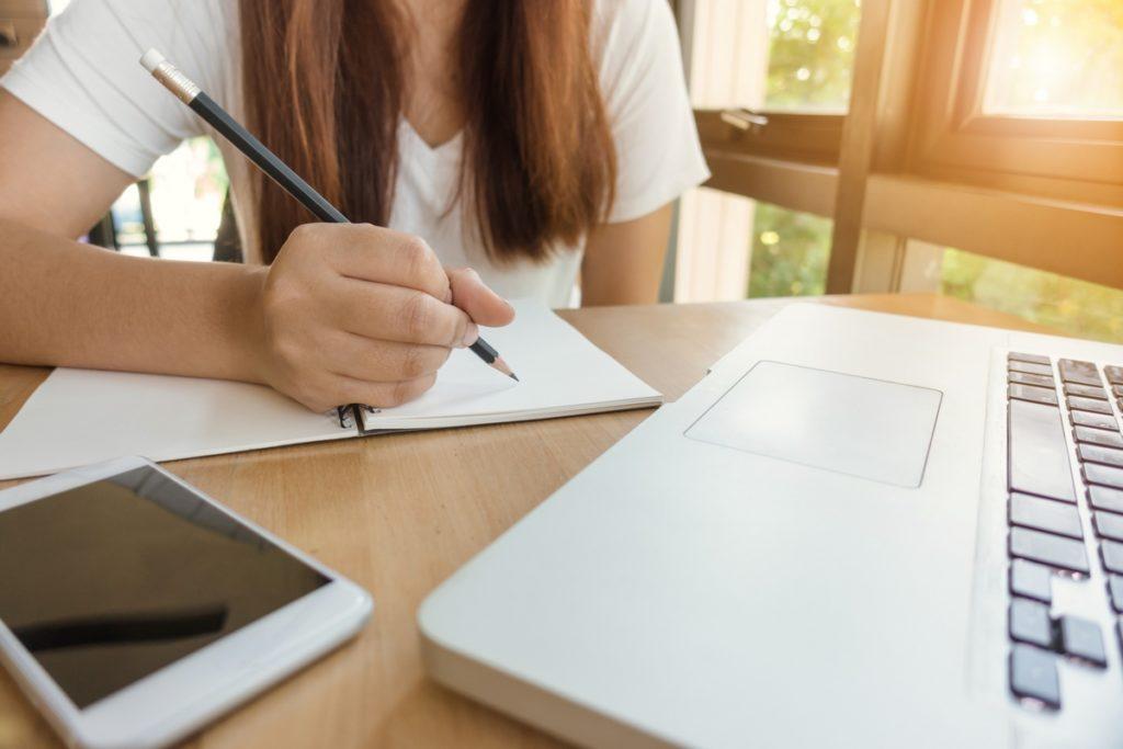 Gyerek íróasztal vásárlásánál több szempontot figyelembe kell venni.