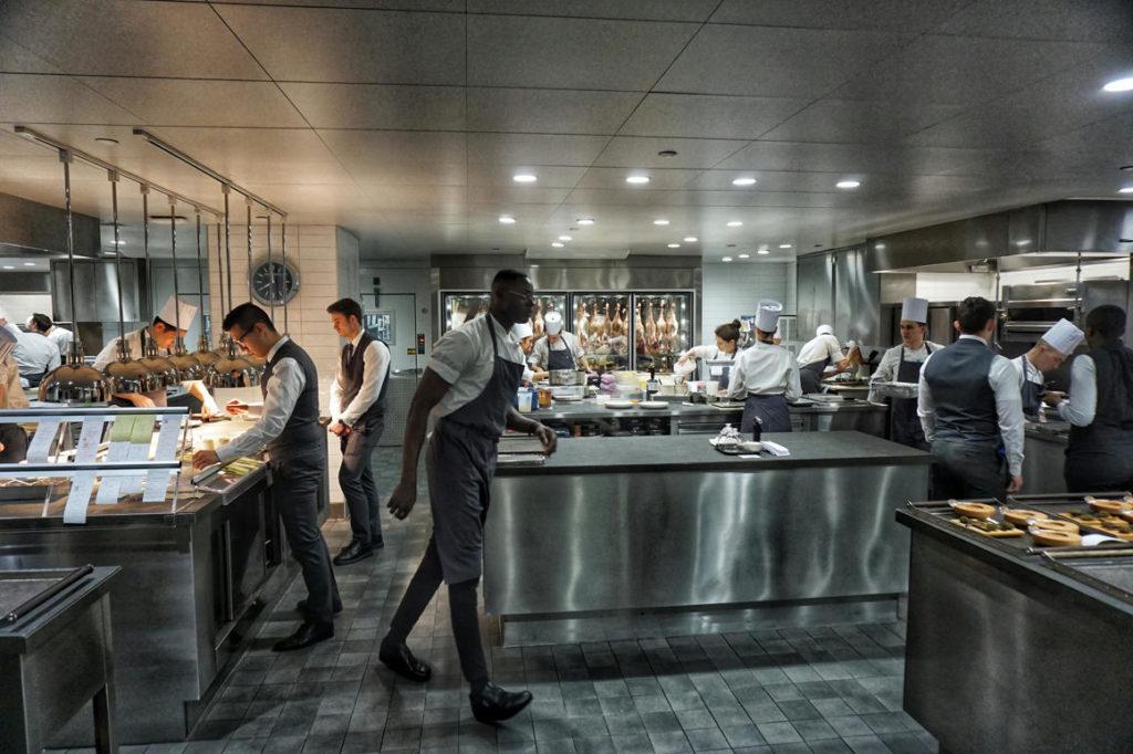 Egy étterem konyhájában speciális berendezések találhatóak.